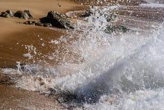 Vågor som bryter på kusten av en strand arkivbilder