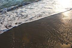 Vågor som bryter på kusten av stranden royaltyfria foton