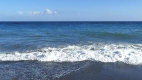 Vågor som bryter på kusten med havet, skummar hav för greece grekiskt home ösantorini som ska visas Perissa strand med svart vulk stock video