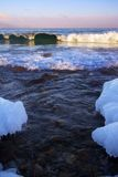Vågor som bryter på Lake Baikal Royaltyfria Foton