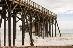 Vågor som bryter på polerna under pir av San Simeon, Kalifornien, USA royaltyfri foto