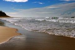 Vågor som bryter på Shelly Beach arkivfoton