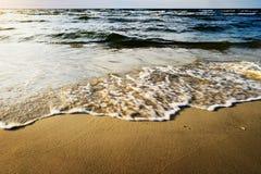 Vågor som bryter på stranden Royaltyfria Bilder