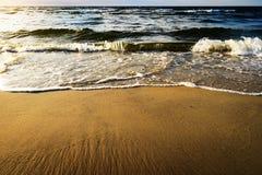 Vågor som bryter på stranden Royaltyfri Fotografi