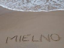 Vågor som bryter på stranden i Mielno royaltyfri bild