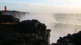 Vågor som bryter på svart, vaggar i Island lager videofilmer