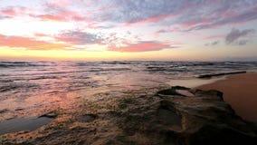 Vågor som bryter på, vaggar nästan solnedgångstranden, Oahu, Hawaii lager videofilmer
