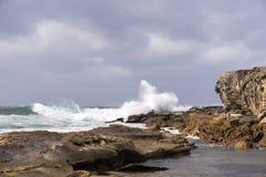 Vågor som bryter vinterstormen arkivbild