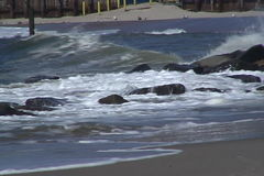 Vågor som kör på kust arkivfilmer