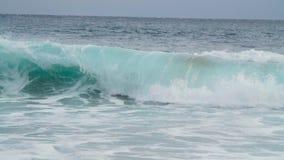 Vågor som kraschar i ett grovt stormigt hav stock video