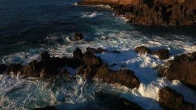 Vågor som kraschar i solnedgången i Porto Moniz, madeira stock video