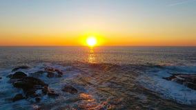 Vågor som kraschar i solnedgången i Porto Moniz, madeira arkivfilmer