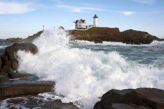 Vågor som kraschar nära Maine Lighthouse arkivfoto