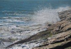 Vågor som kraschar på bryggan Arkivbild