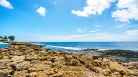 Vågor som kraschar på de steniga kusterna på semesterortgemenskapen av Ko Olina Royaltyfria Bilder