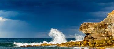 Vågor som kraschar på den Warriewood stranden Arkivbilder