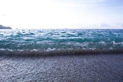 Vågor som kraschar på en tropisk strand Royaltyfri Bild