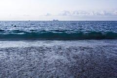 Vågor som kraschar på en tropisk strand Arkivfoto