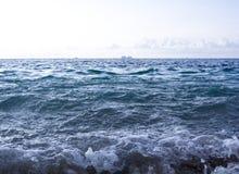 Vågor som kraschar på en tropisk strand Royaltyfri Foto