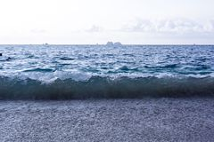 Vågor som kraschar på en tropisk strand Arkivfoton