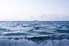 Vågor som kraschar på en tropisk strand Royaltyfria Bilder