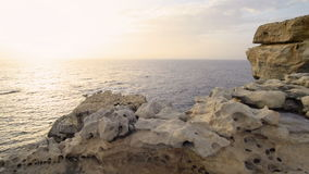 Vågor som kraschar på havskust lager videofilmer