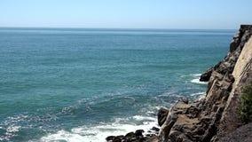 Vågor som kraschar på Kalifornien, seglar utmed kusten, med ljudet arkivfilmer