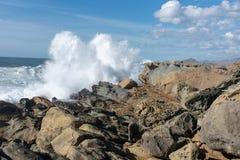 Vågor som kraschar på kust royaltyfri bild