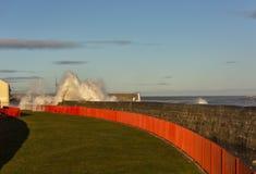 Vågor som kraschar på Lossiemouth. arkivfoto