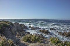 Vågor som kraschar på Rocks Fanshell, förbiser 17 mil drev Kalifornien Arkivbilder
