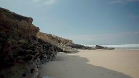 Vågor som kraschar på Rocky Seashore arkivfilmer