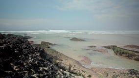 Vågor som kraschar på Rocky Seashore stock video