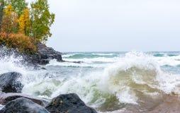 Vågor som kraschar på stenig shoreline arkivbilder