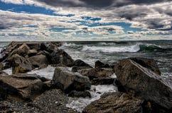 Vågor som kraschar på stormig dag Arkivfoto