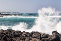 Vågor som kraschar på, vaggar Royaltyfri Bild