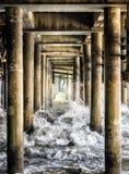 Vågor som kraschar pelarna under Santa Monica Pier - Santa Monica, Los Angeles, LA, Kalifornien, CA Royaltyfri Fotografi