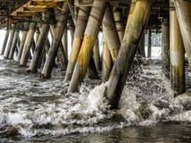 Vågor som kraschar pelarna under Santa Monica Pier - Santa Monica, Los Angeles, LA, Kalifornien, CA Arkivfoton