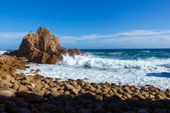 Vågor som krossar på enormt, vaggar, den philip ön, victoria, Australien arkivfoto