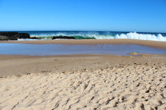 Vågor som plaskar på basaltet, vaggar på havstranden Bunbury västra Australien royaltyfria foton