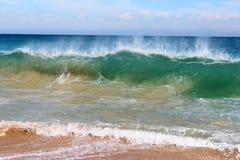 Vågor som plaskar på basaltet, vaggar på havstranden Bunbury västra Australien arkivbilder