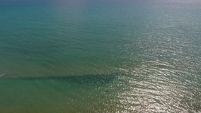 Vågor som plaskar på havskusten, härlig lugna seascape, flyg- sikt av kustlinjen lager videofilmer