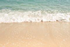 Vågor som rullar på sanden, utrymme för text royaltyfri foto