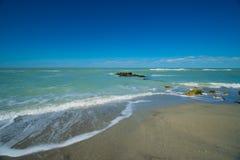 Vågor som rullar in på stranden Royaltyfri Foto