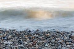 Vågor som rusar över stenar på en Lake Huron strand - Ontario, Canad Royaltyfri Foto