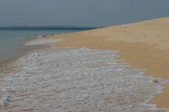 Vågor som rusar till sanden, havkusten nära Porto Covo, Portugal Arkivfoto