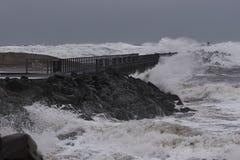 vågor som slår mot pir under storm i Nr Vorupoer på Nordsjönkusten Fotografering för Bildbyråer