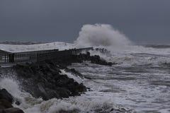 vågor som slår mot pir under storm i Nr Vorupoer på Nordsjönkusten Arkivbilder