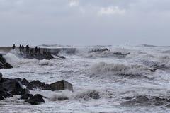 Vågor som slår mot pir under stormen i Nr Vorupoer på Nordsjön Arkivfoton