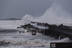 Vågor som slår mot pir under stormen i Nr Vorupoer på Nordsjönkusten Arkivfoton