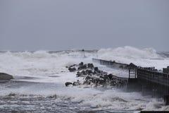 Vågor som slår mot pir under stormen i Nr Vorupoer på Nordsjönkusten Royaltyfria Bilder